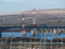 Överföringslinjer över floden Arkivfoton