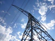 Överföringstorn framme av en blå solig himmel Royaltyfria Foton