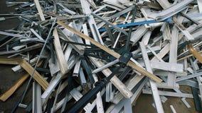 Överflöd av abstrakt olikt avfall på gård av återvinningfabriken stock video