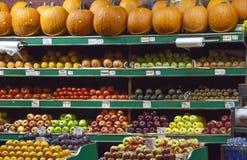 Överflöd av frukter och grönsaker. Arkivfoton