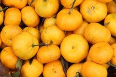 Överflöd av tangerines eller orangen i en marknad Royaltyfria Foton