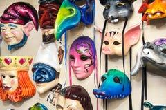Överflöd av venetian karnevalmaskeringar Arkivfoton