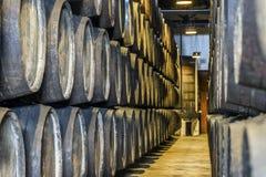 Överflöd av vinfat i Porto område, Portugal Arkivfoton