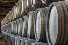 Överflöd av vinfat i Porto område, Portugal Arkivfoto