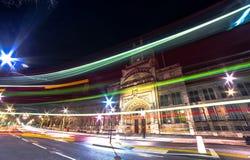 Övergående buss London på natten Royaltyfria Bilder
