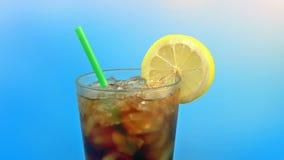 Övergående cola med citronen på Sunny Day stock video