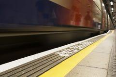Övergående drev på den London tunnelbanan arkivbilder