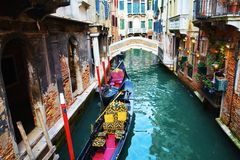 Övergående gondoler, i Venedig, Italien royaltyfria foton