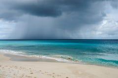 Övergående regnmoln och storm över havet i Anguilla, brittiska västra Indies, BWI som är karibisk Arkivbilder