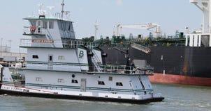 Övergående tankfartyg för bogserbåt Royaltyfri Fotografi