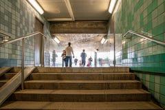 Övergående throgh för folk en gångtunnelgångtunnel Royaltyfri Fotografi