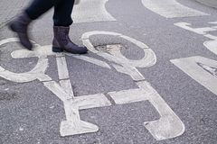 Övergångsställe över den krökta cykelasfaltlinjen, en person arkivfoton