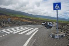 Övergångsställe av asfaltvägen över vulkanisk lava i Sainte-Ros De La Möte, Frankrike Arkivfoton