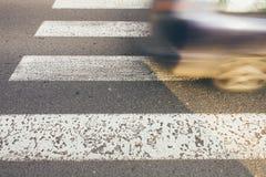 Övergångsställe med den snabba bilen Fotografering för Bildbyråer