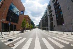 Övergångsställe på den tomma gatan av Berlin Royaltyfri Fotografi