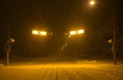 Övergångsställe på den unplowed stadsgatan under den tunga snöstormen, Toronto, Ontario, Kanada royaltyfri bild