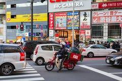 Övergångsställe på det Ikebukuro området av den Tokyo metropolisen, Japan Royaltyfria Foton
