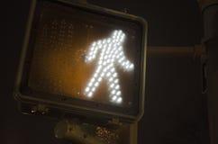 Övergångsstället går tecknet på natten Fotografering för Bildbyråer