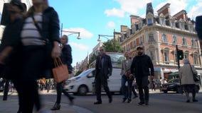 Övergångsstället, trafik, taxi och den röda dubbla däckaren London bussar i den Oxford gatan, London, England lager videofilmer