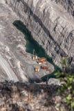 Övergav branschstrukturer och litet damm som är längst ner av st Royaltyfri Foto