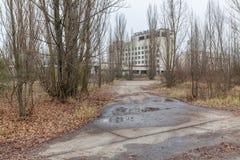 Övergav byggnader i den bevuxna spökestaden Pripyat Royaltyfri Bild