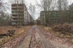 Övergav byggnader i den bevuxna spökestaden Pripyat Fotografering för Bildbyråer