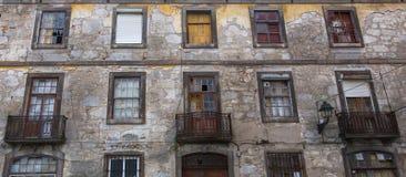 Övergav byggnader inhyser fasaden i den gamla delen av Porto Fotografering för Bildbyråer