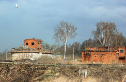 Övergav förstörda tekniska tegelstenbyggnader Royaltyfri Bild