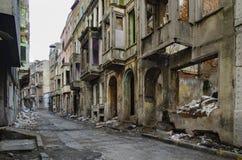 Övergav gamla byggnader och gator i Istanbul royaltyfri bild