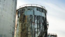 Övergav gamla olje- behållare mot blå himmel Royaltyfria Bilder