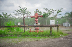 Övergav gamla rostiga oljeplattformar med preasureventilen Royaltyfri Fotografi
