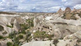 Övergav grottor i bergen av Cappadocia Arkivfoton