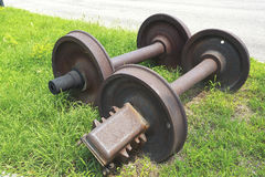 Övergav hjul för drev två på gräset Arkivfoton
