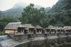 Övergav hus av ett gammalt hotell i träna Sugrör bambu, halmtäcka-tak stugasemesterort som levereras i överensstämmelse med berg  royaltyfri bild