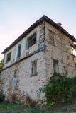 Övergav hus i byn Dyadovtsi, Bulgarien Arkivbilder