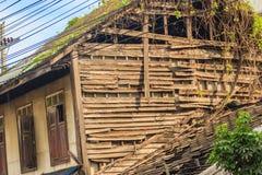 Övergav hus med den skadetaket och väggen Grungy trähus Fotografering för Bildbyråer