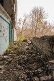 Övergav hus och vått lerigt för förstörd stad, gammalt Fotografering för Bildbyråer