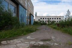 Övergav industribyggnader i den Leningrad regionen, Ryssland arkitektur Royaltyfri Fotografi