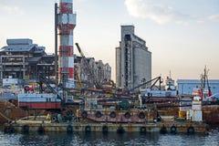 Övergav industriella lättheter i Piraeus, Grekland Arkivfoton