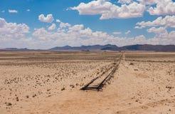 Övergav järnvägsspår i öknen, Namibia Arkivfoton