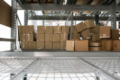 Övergav lådaaskar på stålkuggar Arkivbilder