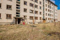 övergav militära byggnader i stad av Skrunda i Lettland fotografering för bildbyråer