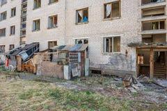övergav militära byggnader i stad av Skrunda i Lettland royaltyfria bilder