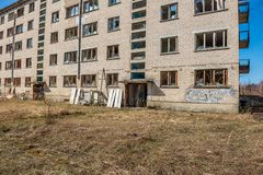 övergav militära byggnader i stad av Skrunda i Lettland arkivfoton