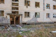 övergav militära byggnader i stad av Skrunda i Lettland royaltyfri fotografi