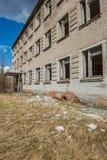 övergav militära byggnader i stad av Skrunda i Lettland royaltyfri foto