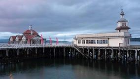 Övergav moln för kust- byggnad för victorian för pirhavet övergivna träbevattnar tidschackningsperioden Dunoon Skottland UK lager videofilmer