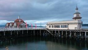 Övergav moln för kust- byggnad för victorian för pirhavet övergivna träbevattnar tidschackningsperioden Dunoon Skottland UK stock video