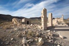 Övergav strukturer i rhyolitespökstaden Death Valley Arkivbilder