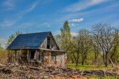Övergav trädgårdtäppor på våren Kollapsade träbyggnader Arkivfoton